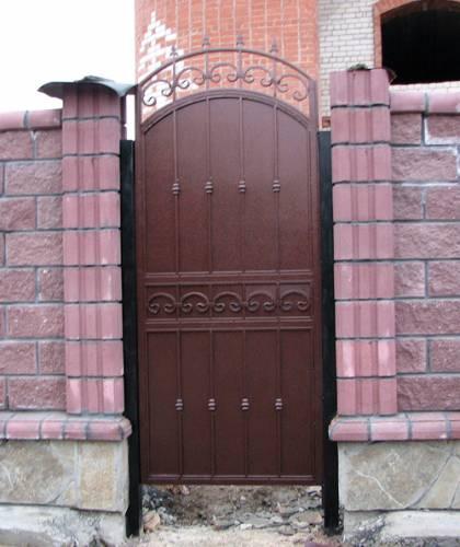 Металлический или деревянный забор на даче: что выбрать?