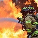 Огнеборцы вывели мужчину из горящей квартиры