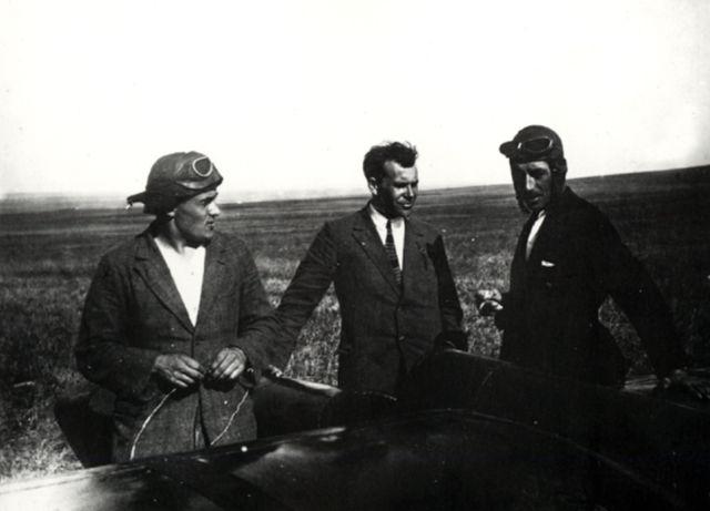 """У планера """"Коктебель"""" после первого полёта. С.П. Королёв, С. Люшин, К.К. Арцеулов. Коктебель, октябрь 1929г."""