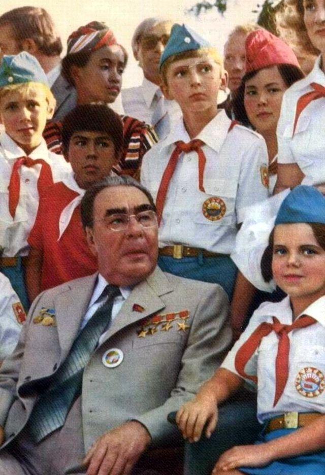 Леонид Ильич в окружении советских пионеров в Артеке