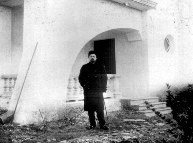 А.П.Чехов возле своего дома