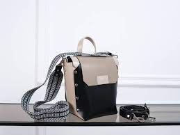 Знайомство з асортиментом магазину шкіряних сумок та рюкзаків