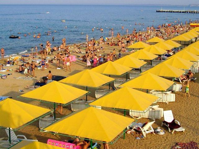 Феодосийский пляж в разгар сезона