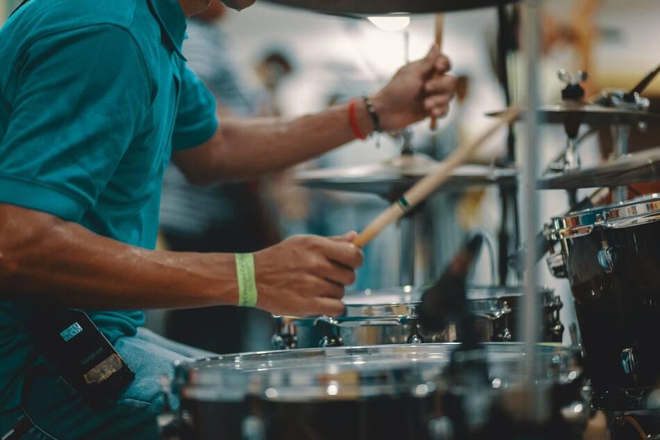 Суть игры на металлических барабанах