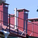 Новый профнастил и старые стропила: Горхоз проверил ремонт кровли дома на Пожарова