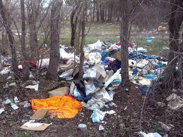 Свалка мусора возле трассы