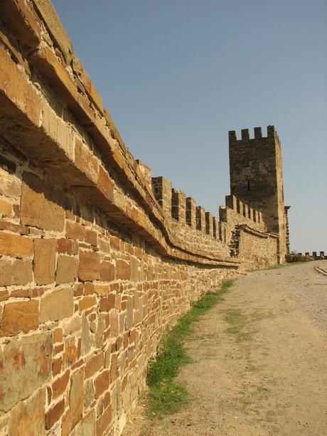 Стены и башни Генуэзской крепости