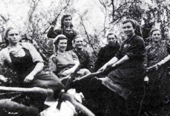 Немецкие женщины на лесозаготовках