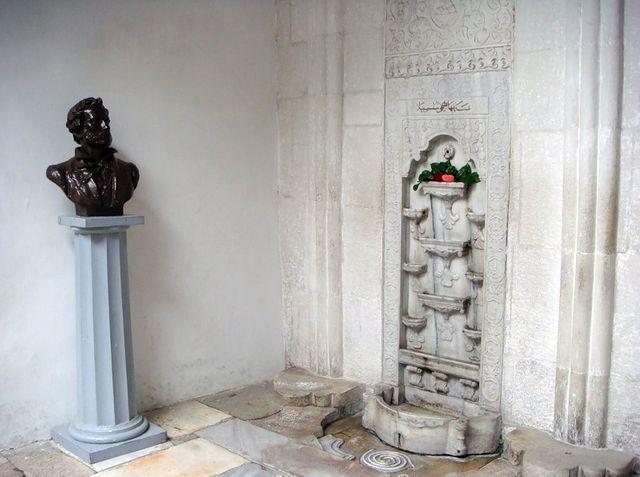Фонтан слёз и памятник Пушкину в ханском дворце в Бахчисарае