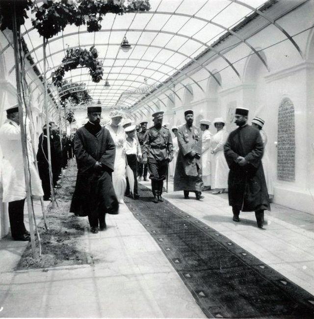Николай II в караимской кенасе в Евпатории