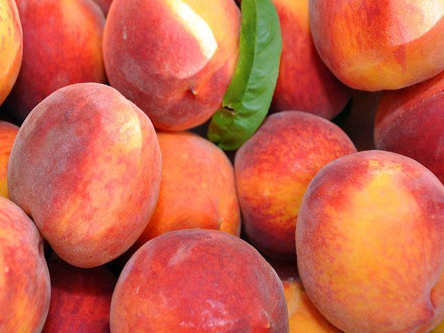 Сочные Крымские персики