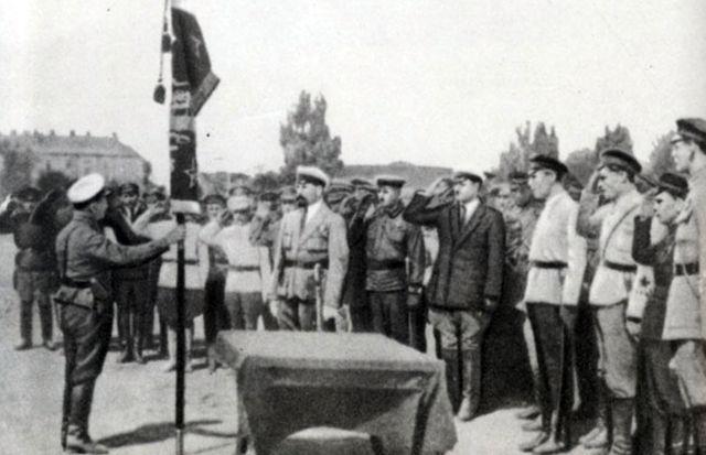 Михаил Фрунзе награждает героев штурма Перекопа.1921 г