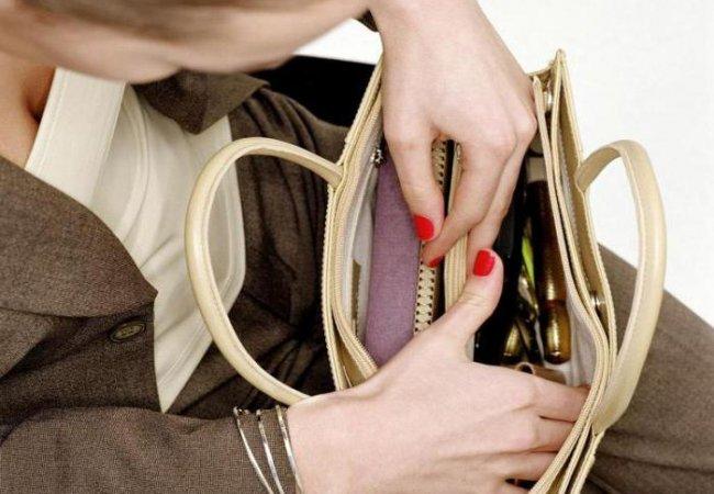 Как выбрать даме и мужчине сумку и кошелек?
