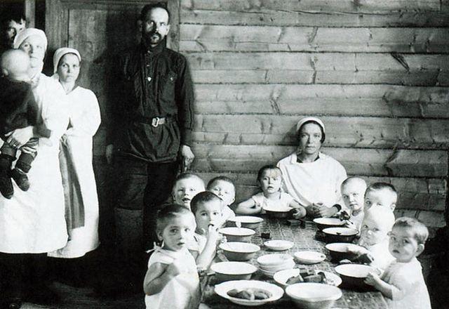 Обед в детском саду довоенного периода