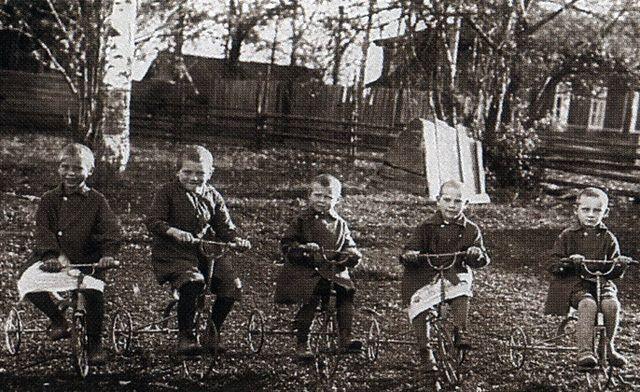 Мальчики на велосипедах в детском саду