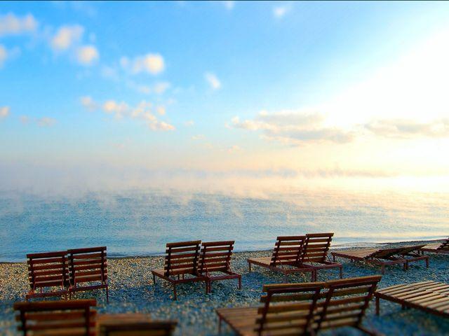 Шезлонги на утреннем пляже