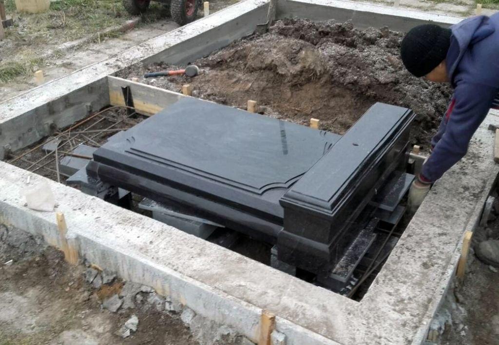 Гравировка памятника на кладбище и уход за могилами