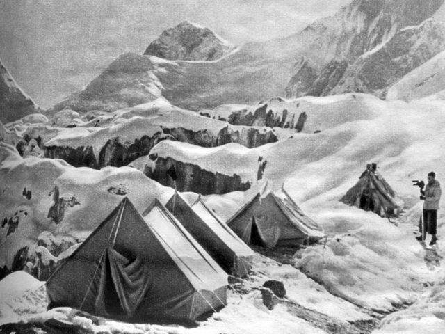 Советские альпинисты на привале