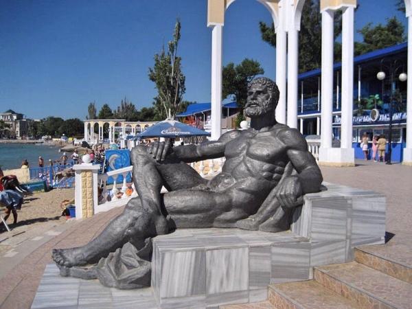 Статуя Геракла в Евпатории