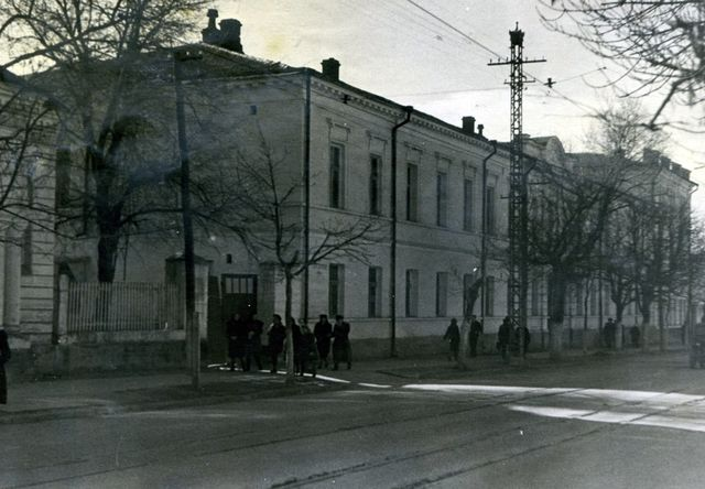 Здание гимназии в послевоенное время