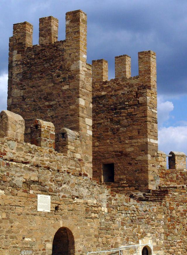 Крепосная стена Генуэзской крепости в Судаке