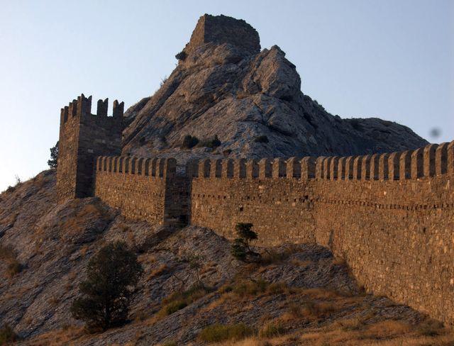 Крепосная стена Генуэзской крепости