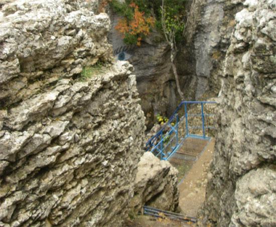 Спуск к пещере Трёхглазка