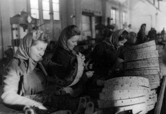 Советские остарбайтеры на автомобильном заводе под Берлином