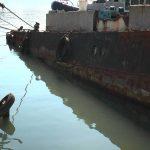 Со дна Балаклавской бухты поднимают затонувшие причал и судно