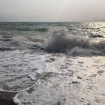На западе Крыма из-за сильного ветра опрокинулась лодка с рыбаком