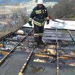 Пожарные не смогли подъехать к горящему дому из-за перекрытой дороги в Инкермане