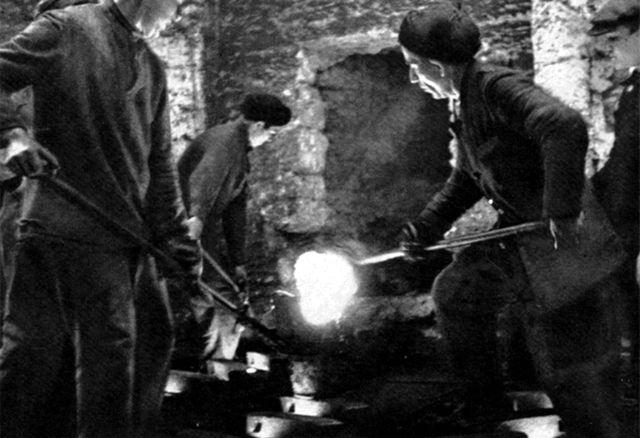 Севастопольцы трудятся в катакомбах. 1942 год